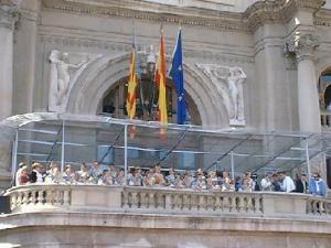 Falleras Mayores de Valencia y sus cortes en el balcón del Ayuntamiento durante una mascletà